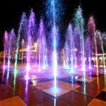 מזרקה מוארת באורות צבעוניים בלילה