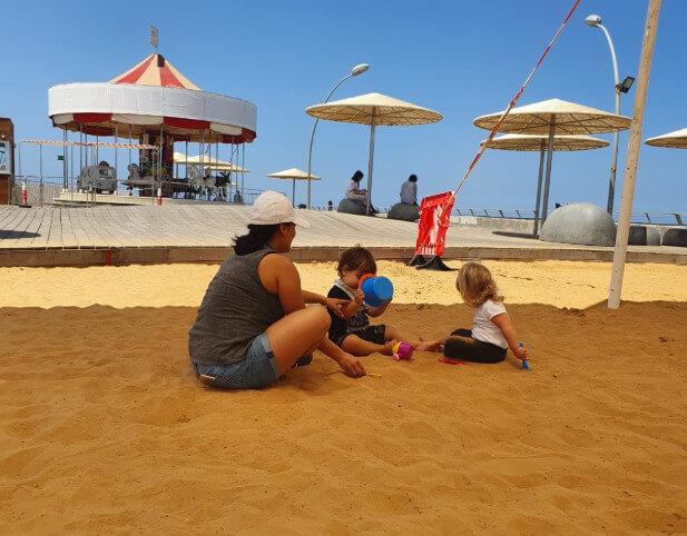 אמא וילדים בארגז החול